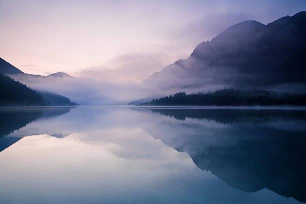 mañana en el lago plansee - lago fotografías e imágenes de stock