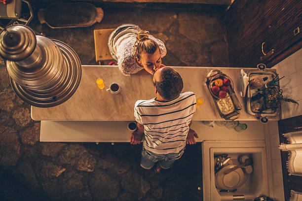 café por la mañana y un beso - cena romantica fotografías e imágenes de stock