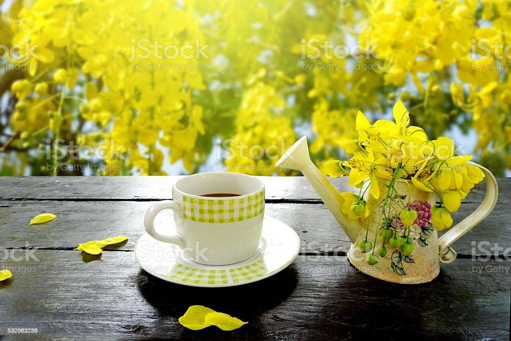 Morgen Kaffee und Frühling Blumen Hintergrund Gelb – Foto
