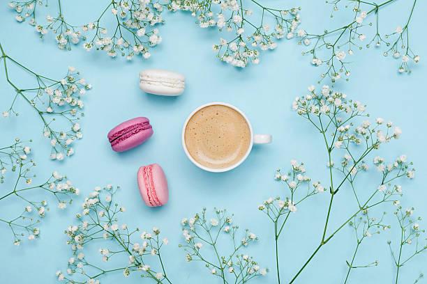 morning coffee, cake macaron, flower gypsophila. cozy breakfast. flat lay. - modetorten stock-fotos und bilder