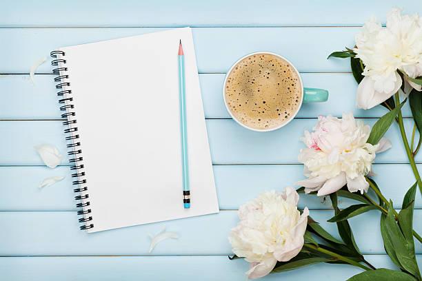 morning coffee mug, empty notebook, pencil and white peony flowers - pfingstrosen pflege stock-fotos und bilder