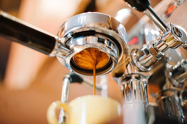 モーニングコーヒーを注ぐ portafilter (お代わり自由) - バリスタ ストックフォトと画像