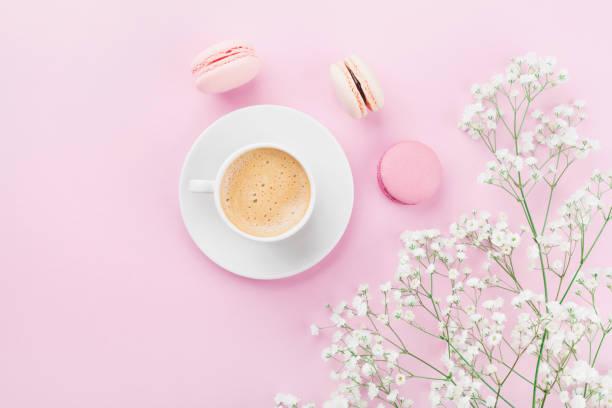 morgendliche tasse kaffee, kuchen macaron und blumen. flach zu legen. - modetorten stock-fotos und bilder