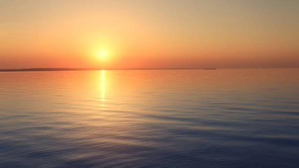 утренний рассвет на реке - sunset стоковые фото и изображения