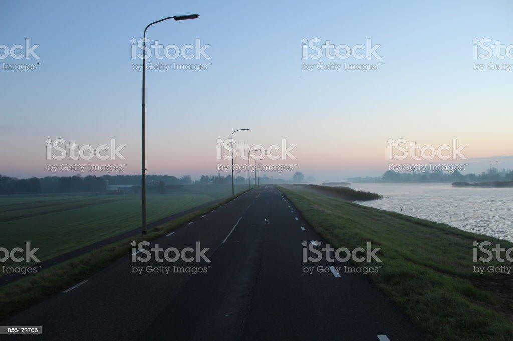 Ochtend mist op Dijk weg dichtbij dorp van Moordrecht, Nederland foto