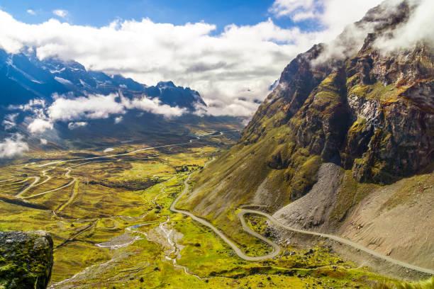 晨霧籠罩在玻利維亞 yungas 的死亡道路 - 玻利維亞 個照片及圖片檔