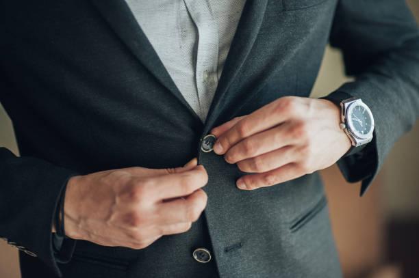 morgen treffen des bräutigams zu hause. der bräutigam im schwarzen blues auf strapse und ein weißes hemd. - hochzeitsanzug herren stock-fotos und bilder