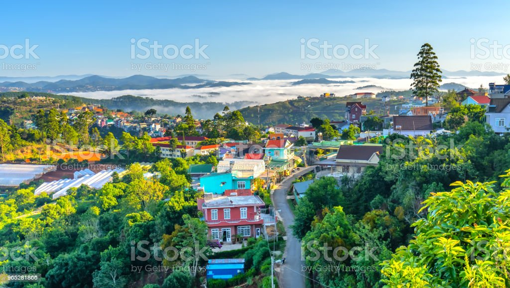 Morning in small town on the plateau fog covered houses zbiór zdjęć royalty-free
