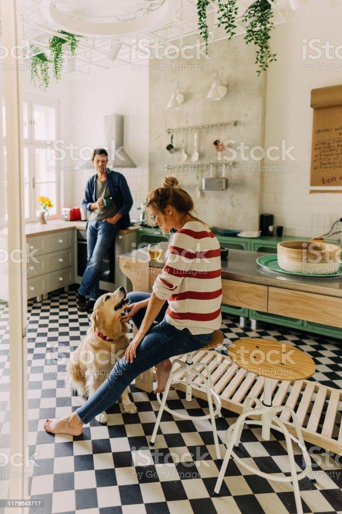 Morgen in der Küche mit unserem Hund - Lizenzfrei Arbeitsplatte Stock-Foto