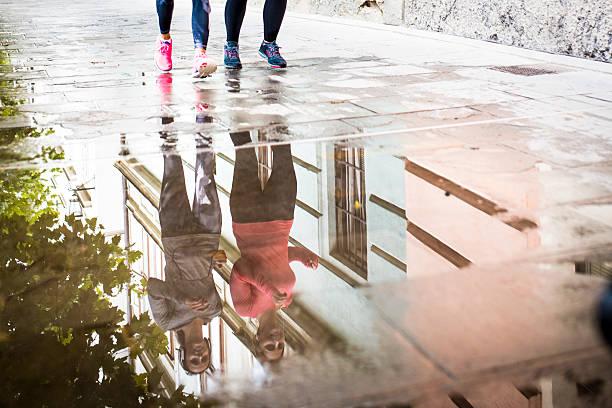 joggen am morgen in der stadt - armband water stock-fotos und bilder