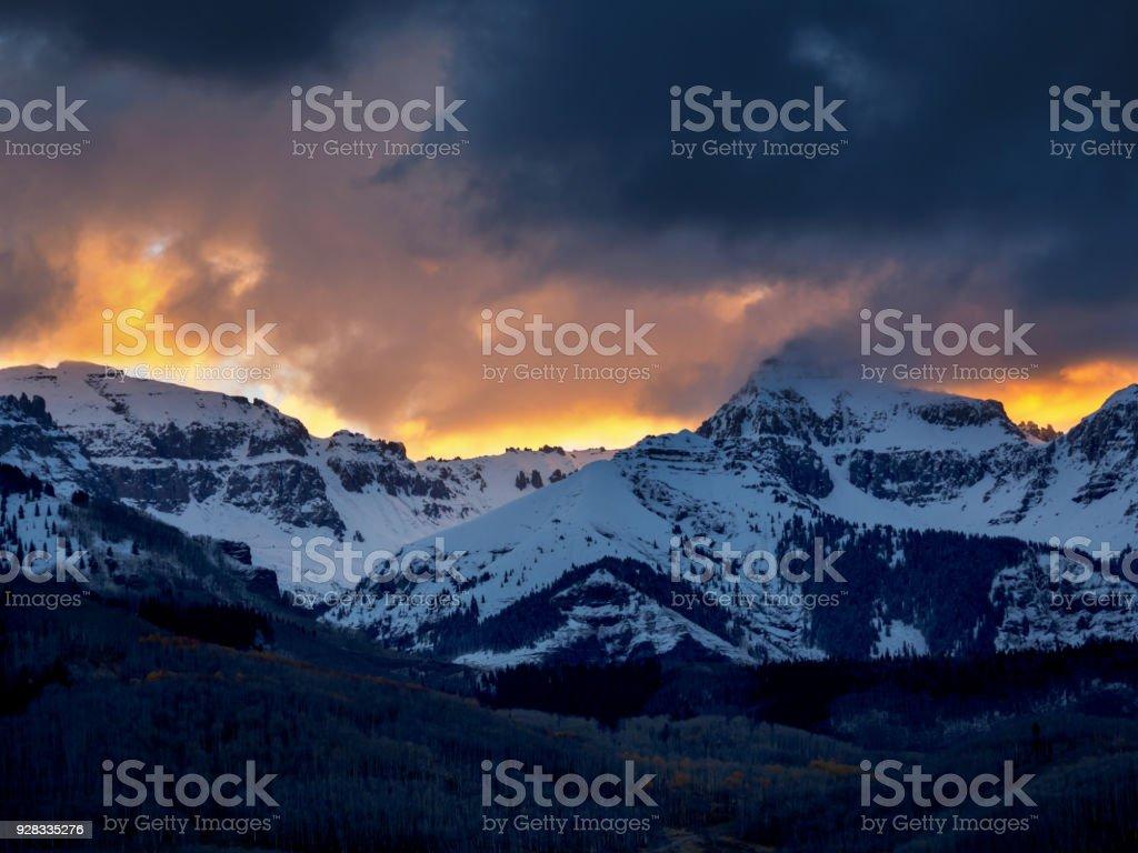 Paisagem de manh com nuvens laranja e tempestade de neve acima de paisagem de manh com nuvens laranja e tempestade de neve acima de montanhas cobertas de neve thecheapjerseys Choice Image