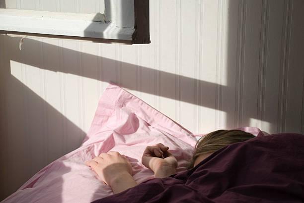 morgenlicht - lila teenschlafzimmer stock-fotos und bilder