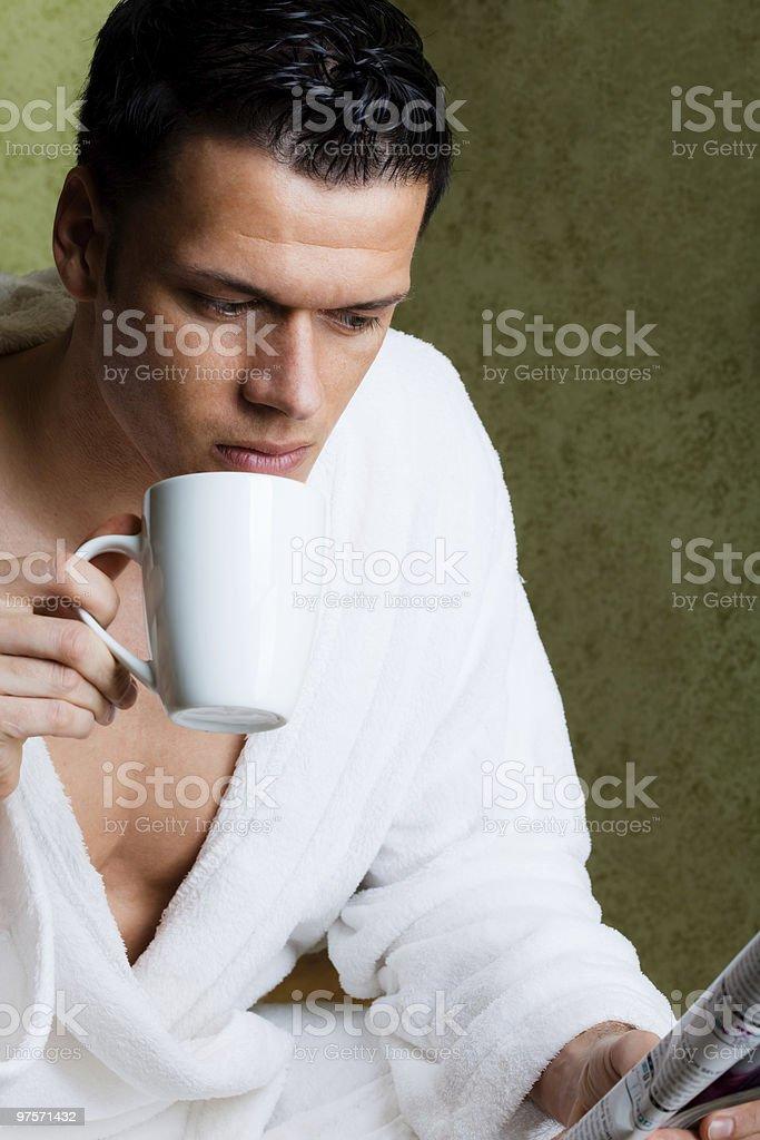 Matin homme avec café et journal photo libre de droits