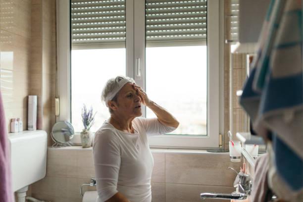 morgen-migräne - höhenangst stock-fotos und bilder