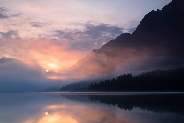 Morgen mist at lake plansee, tirol – ÖSTERREICH – Foto