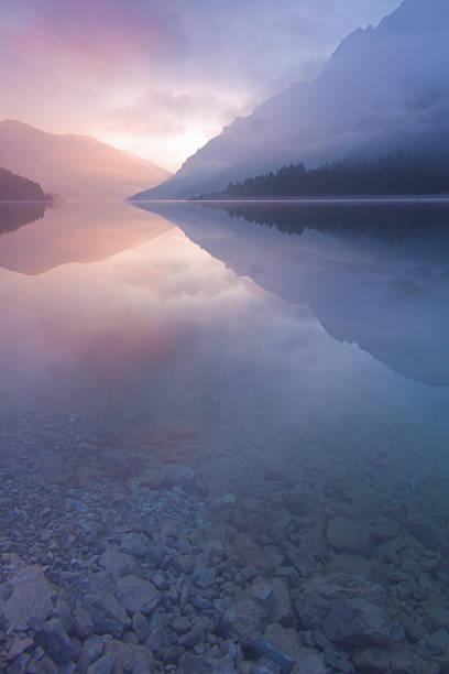 brume matinale au lac plansee, tyrol, autriche, verticale - paysage zen photos et images de collection