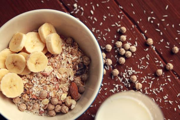 Morgens Haferflocken mit Nüssen und Mandelmilch. Vegan. – Foto