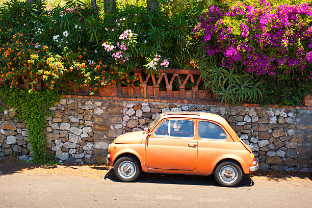 morning of taormina and lovely tiny italian car - 西西里 個照片及圖片檔