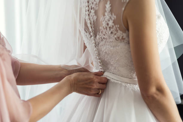 morgen der braut, die braut trägt ein kleid, eine hochzeit, ein schönes kleid - verlobungskleider stock-fotos und bilder