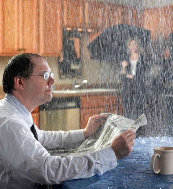 morgens regen - tropfenblatt tisch stock-fotos und bilder