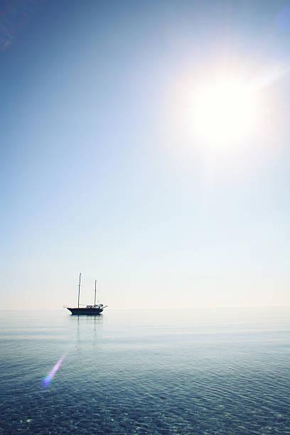 Morgen Meer mit Boot am Horizont.   Alter Foto. – Foto