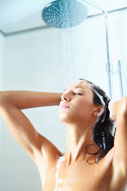 ducha por la mañana - mujer en la ducha fotografías e imágenes de stock