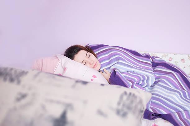 morgen schlafen - lila teenschlafzimmer stock-fotos und bilder