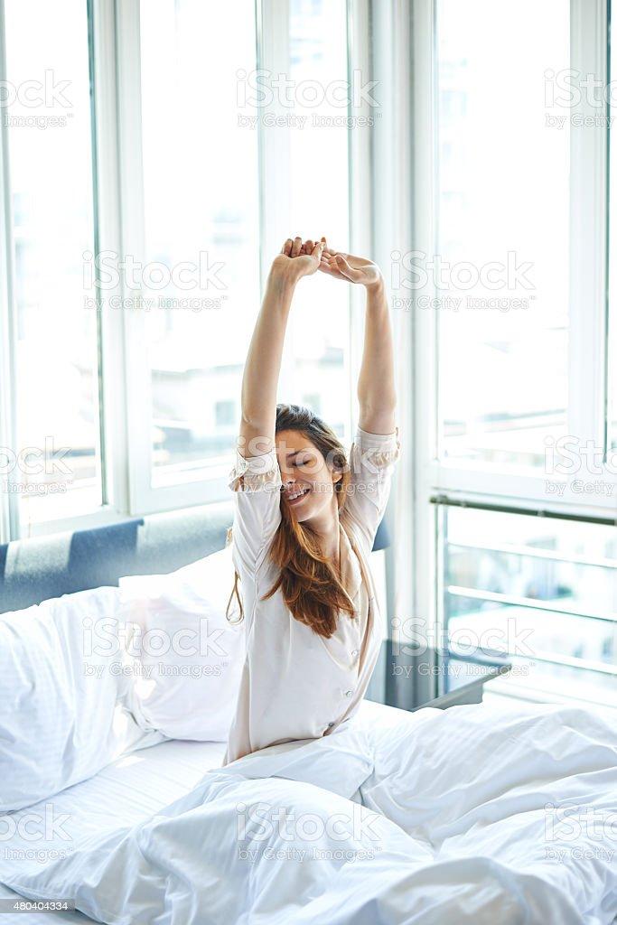 Morgen-Stretching im Bett – Foto