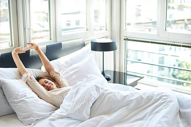 Alongamento da manhã na cama - foto de acervo