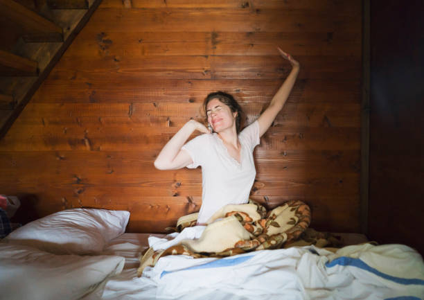 morgen-stretching - cottage schlafzimmer stock-fotos und bilder