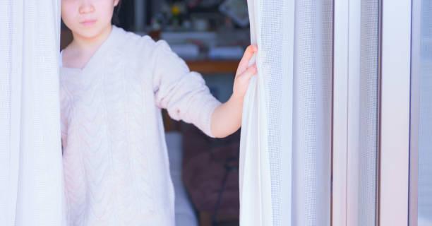 morgonsolljus och slappna av tjejen - kvinna ventilationssystem bildbanksfoton och bilder