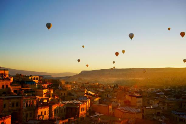 ochtend schemering in fairy schoorstenen van goreme valley cappadocië - aardpiramide stockfoto's en -beelden