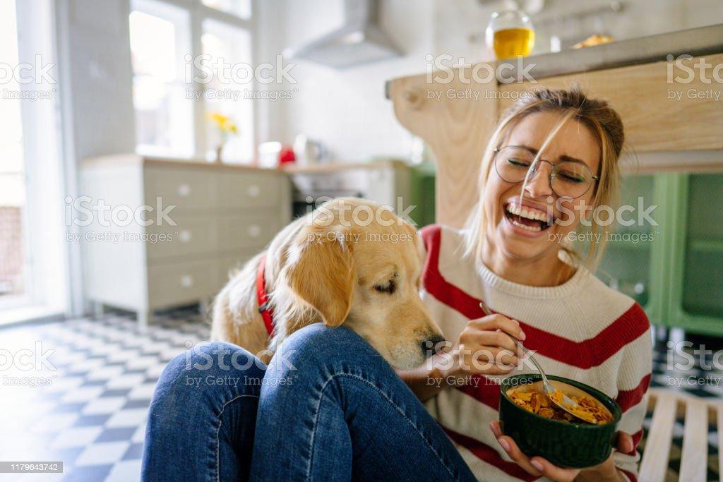 Morgens mit meinem Haustier in unserer Küche - Lizenzfrei Arbeitsplatte Stock-Foto