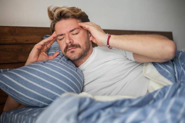 Preocupaciones de la mañana y dolor de cabeza - foto de stock