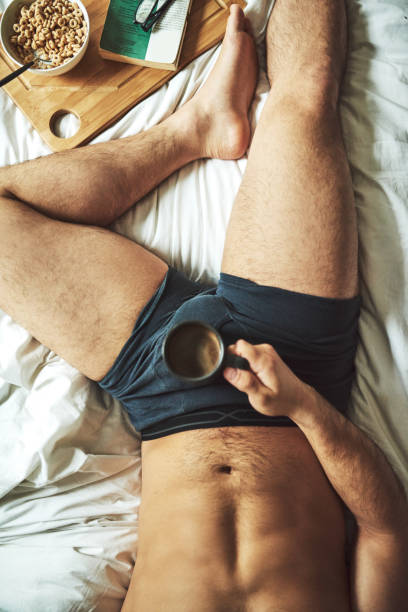 le matin doit démarrer avec un livre et petit déjeuner au lit - homme slip photos et images de collection