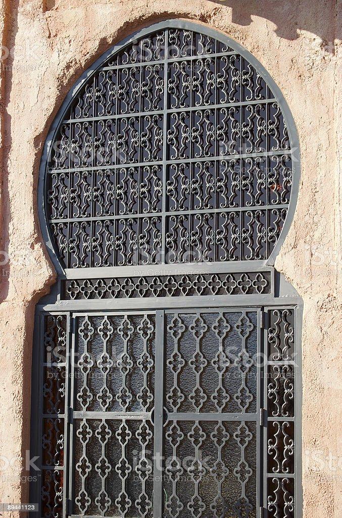 Marocchina finestra ad arco foto stock royalty-free