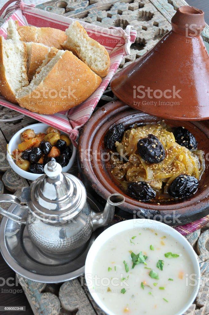 Moroccan chicken tajine - foto de stock