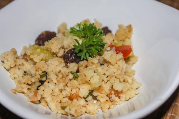 marokkanischer couscous-salat - griechischer couscous salat stock-fotos und bilder