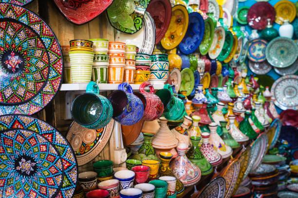 marokkaanse souk ambachtelijke souvenirs in medina, essaouira, marokko - bazaar stockfoto's en -beelden