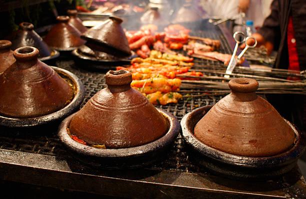 marokkanische tajines, klassische gericht im marrakesh lebensmittel-marktstand - chefkoch auflauf stock-fotos und bilder