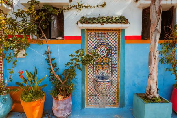 marocko inredda fontän med mosaikplattor i rabat - rabat marocko bildbanksfoton och bilder