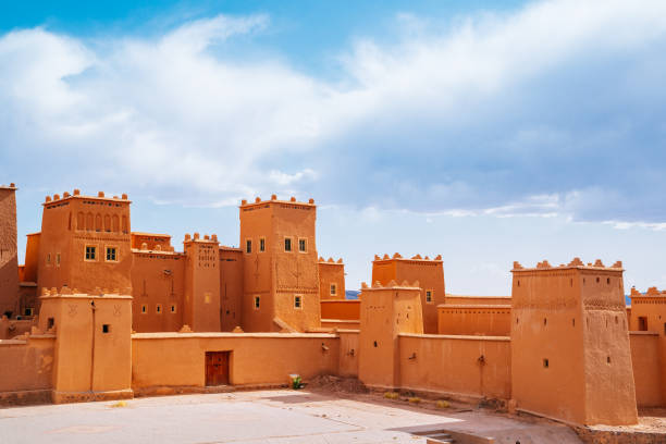 marocko, kasbah taourirt fästning på en solig dag med molnigt himmel. - kasbah bildbanksfoton och bilder