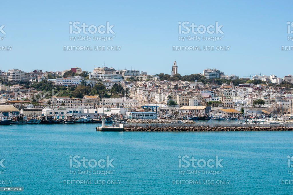 Marokko: den Hafen und die Skyline von Tanger, die marokkanische Stadt an der Küste des Maghreb – Foto