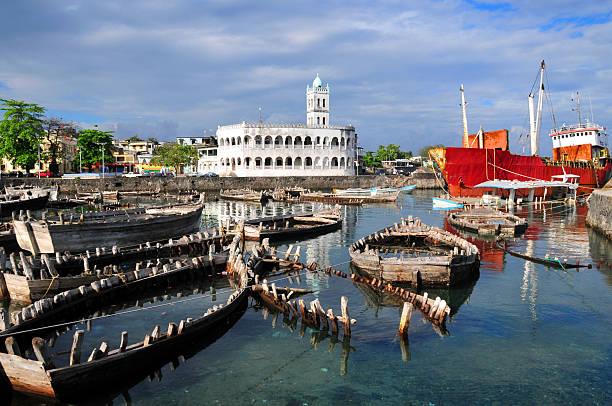 moroni, comores: boutre port et de l'ancienne mosquée du vendredi - comores photos et images de collection