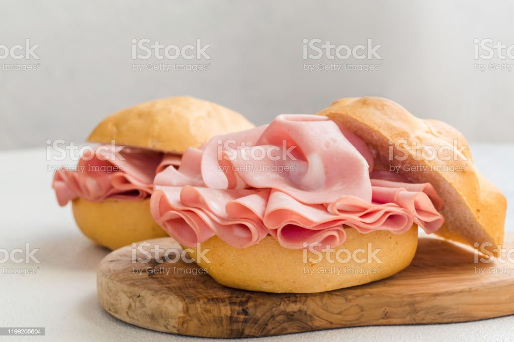 Mortadella sandwich - Foto stock royalty-free di Bianco