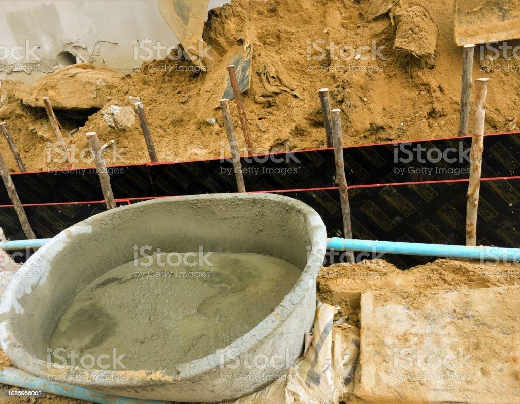 Pan de mortero en la construcción para el operador de la hormigonera Manual - foto de stock