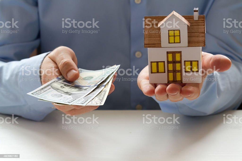 Hypotheken-Konzept. Geschäftsmann holding Hundert-dollar-Banknoten in Händen – Foto