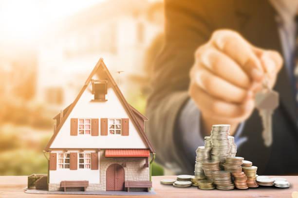 chargement d'hypothèque et de calculer la propriété - emprunt immobilier photos et images de collection