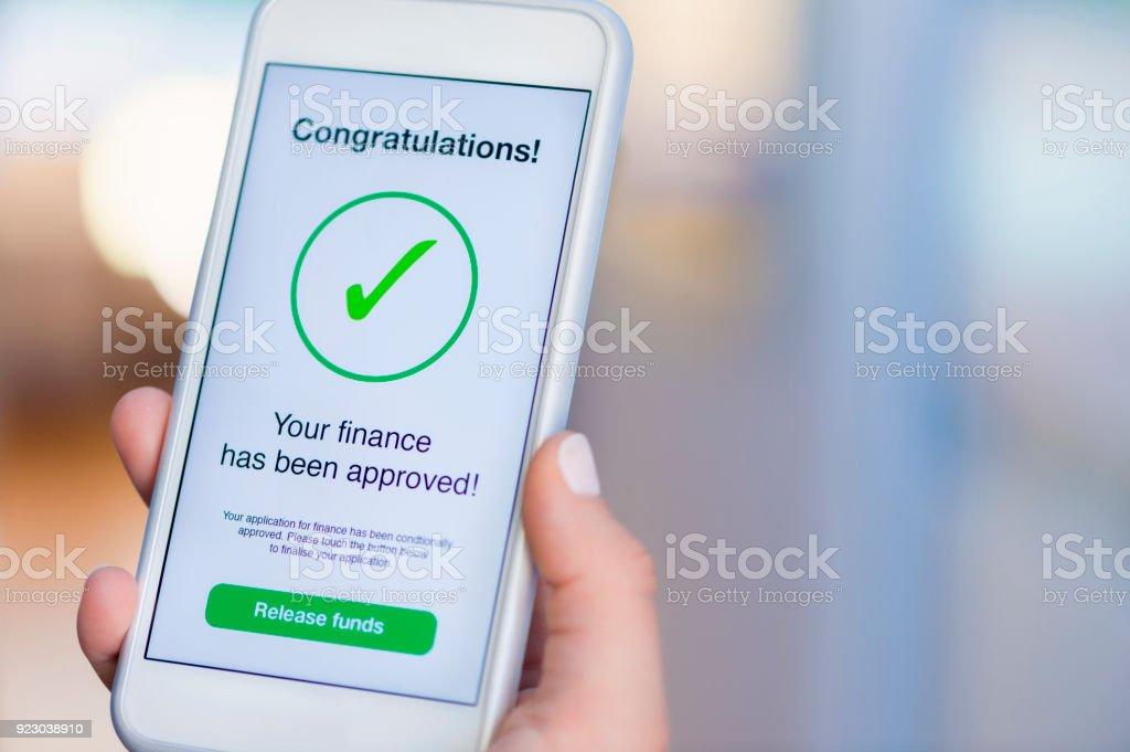 Hypotheken Sie-Darlehen Genehmigung auf Handy in einem Haus. – Foto