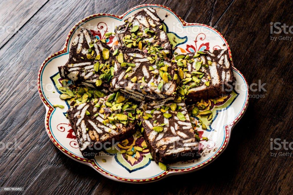Mosaic choklad och kex kaka med pistage. royaltyfri bildbanksbilder